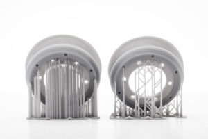 Les deux types de systèmes de SLA utilisent des structures de support pour fixer les pièces à la plateforme de fabrication.