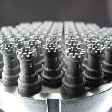 3D micro PRINT Kleinserie von Schachtürmen auf einer Bauplattform